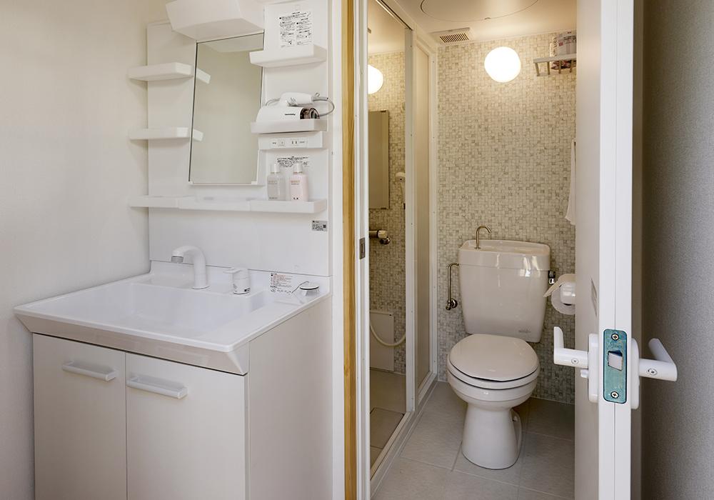 客室内トイレ・シャワールーム・食事スペース